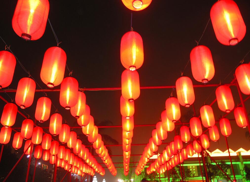 """导语:众所周知,每年的农历正月十五是我国传统的元宵节,元宵节要吃元宵,还要提灯笼穿大街小巷,为什么要这样子呢?那么谁知道元宵节灯笼的来历呢?现在就与小编一起来看看吧。  关于元宵节灯笼的来历 元宵节燃灯的习俗起源于道教的""""三元说"""";正月十五日为上元节,七月十五日为中元节,十月十五日为下元节。主管上、中、下三元的分别为""""天""""""""地""""""""人""""三官,天官喜乐,故上元节要燃灯。元宵节燃灯放火,自汉朝时已有此风俗,唐时,对元宵节倍加重视;在"""